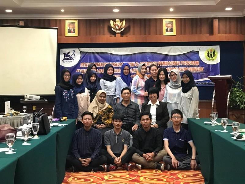Penyuluhan Kewirausahaan & Strategi Pemasaran Program Kemitraan Masyarakat Bagi Kelompok Usaha Wadai Khas Banjar Di Kecamatan Banjarmasin Tengah